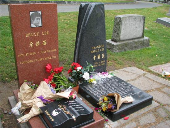 Bruce Lee Grave UFC Fighter Visits Bruce Lees Grave